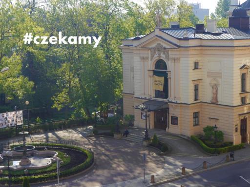Teatr Polski i pusty plac przed teatralnym budynkiem