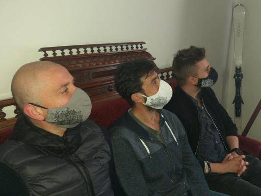 Trzech aktorów w maseczkach.
