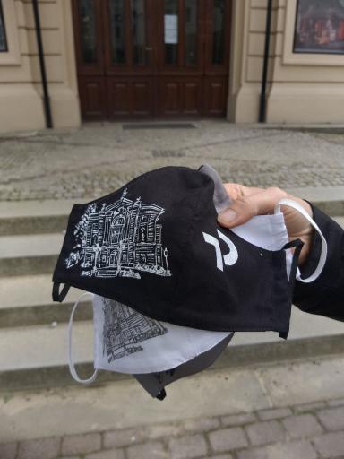 Czarna i biała maseczka z motywem budynku Teatru Polskiego.