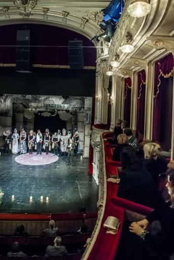 Na zdjęciu fragment sceny, widowni parteru i lóż pierwszego piętra. na scenie, po spektaklu kłaniają się aktorzy.