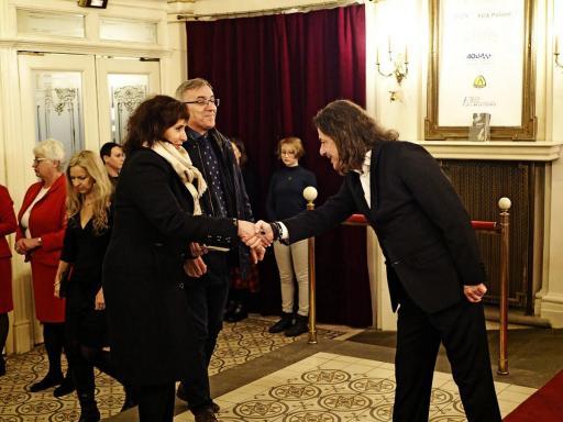 Dyrektor Teatru wita gości premierowych w foyer teatru