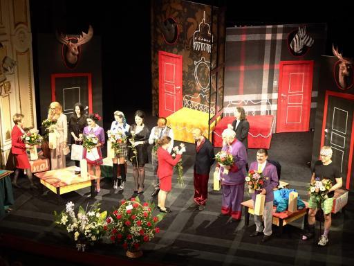 Wręczenie kwiatów aktorom i twórcom na scenie, po spektaklu premierowym