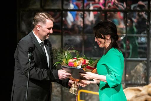 Na zdjęciu prezydent miasta Jarosław Klimaszewski  wręcza kwiaty aktorce Wiktorii Węgrzyn-Lichosyt.