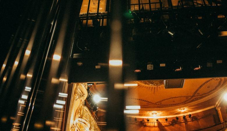 Na zdjęciu - wyciągi sceniczne i reflektory teatralne.