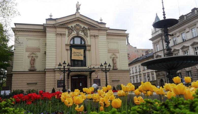 Na pierwszym planie kwietnik, na drugim - fontanna i budynek Teatru Polskiego