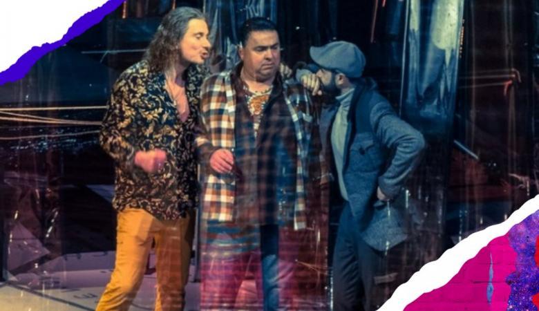 """Trzech mężczyzn stoi na scenie. Rozmawiają. W rogu napisy: """"Festiwal kultury bez barier"""" i Możesz!"""""""