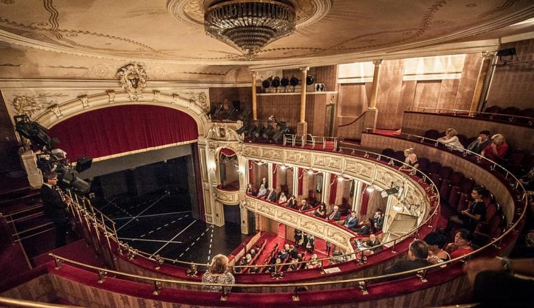 Widownia teatru uchwycona na zdjęciu z góry, z wysokości balkonu drugiego piętra.
