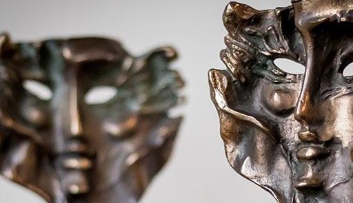 Na zdjęciu dwie złote statuetki w formie złotych masek.